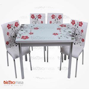 Kırmızı yapraklı mutfak masası