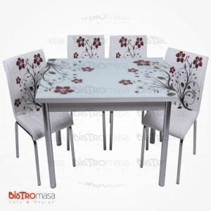 Kahverengi yapraklı mutfak masası