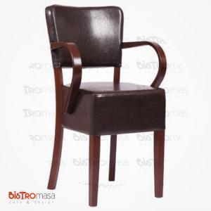 Kahverengi kollu ahşap sandalye
