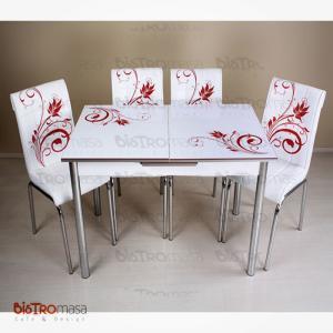 Kırmızı çiçekli mutfak masası